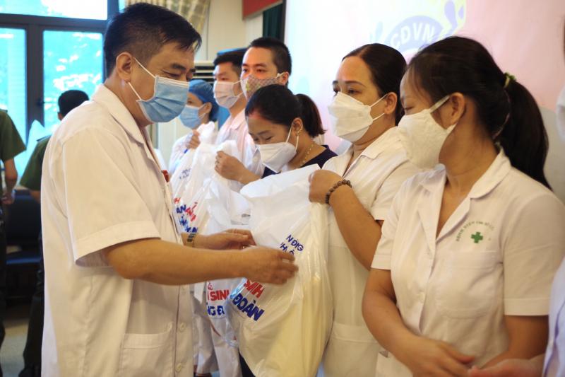 Trao quà tặng các y, bác sĩ hoàn thành nhiệm vụ chi viện các tỉnh phía Nam chống dịch trở về