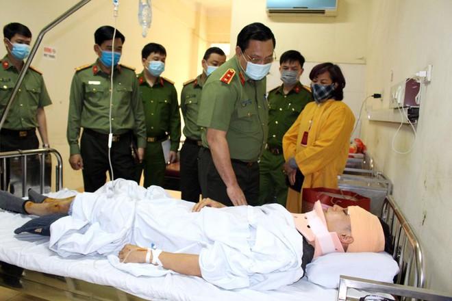 Giám đốc Công an Hà Nội thăm, động viên chiến sỹ bị thương trong khi làm nhiệm vụ